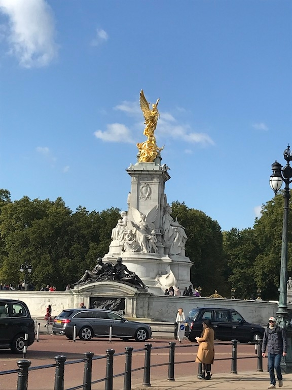 Gold statue at the roundabout in front of Buckingham Palace.